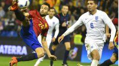 Mario remata de una espectacular volea el primer gol de España ante Inglaterra. (AFP)