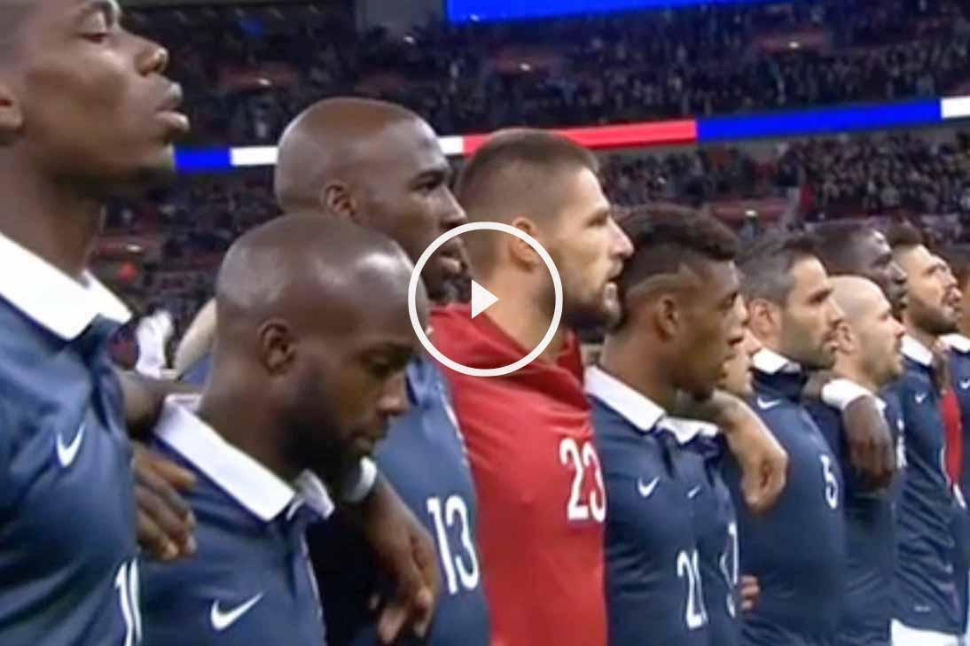 Los jugadores de la selección francesa cantan La Marsellesa en el estadio de Wembley.