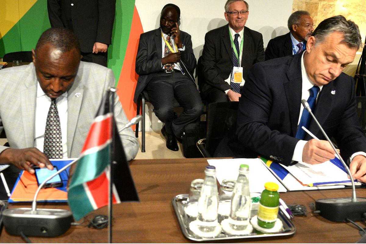 El político de Kenia, Joseph Ole Nkaissery, y el primer ministro de Hungría, Viktor Orban, durante el segundo día de trabajo la cumbre de Malta. (Foto: AFP)