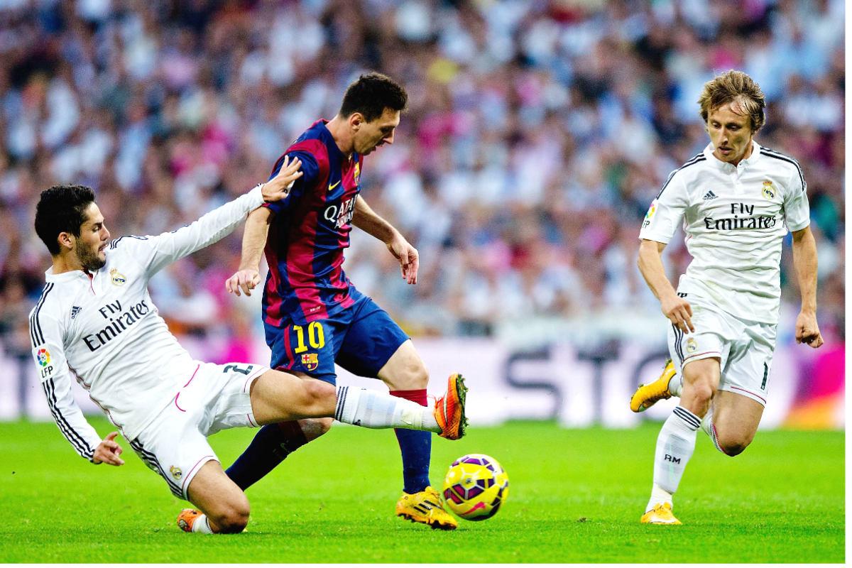 Messi se va de Isco y Modric en el último Clásico del Bernabéu. (Getty)