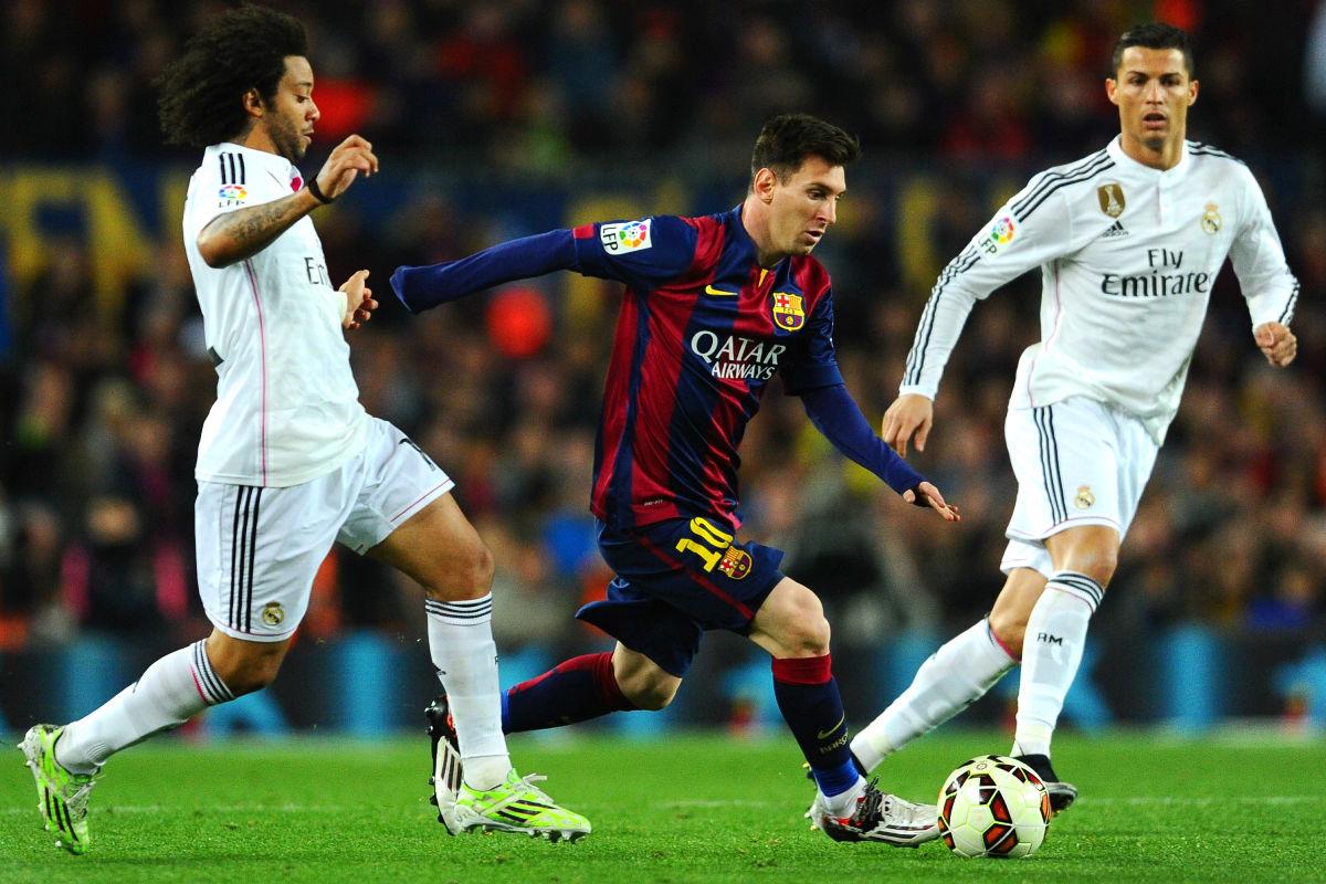 Messi intenta marcharse de Marcelo y Cristiano durante un Clásico (Foto: Getty)