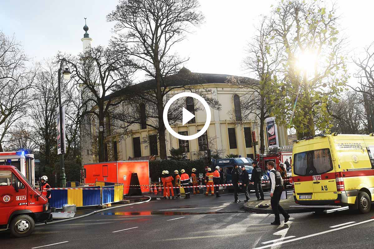 Imagen de los equipos de intervención en el exterior de la Mezquita de Bruselas. (Foto: AFP)