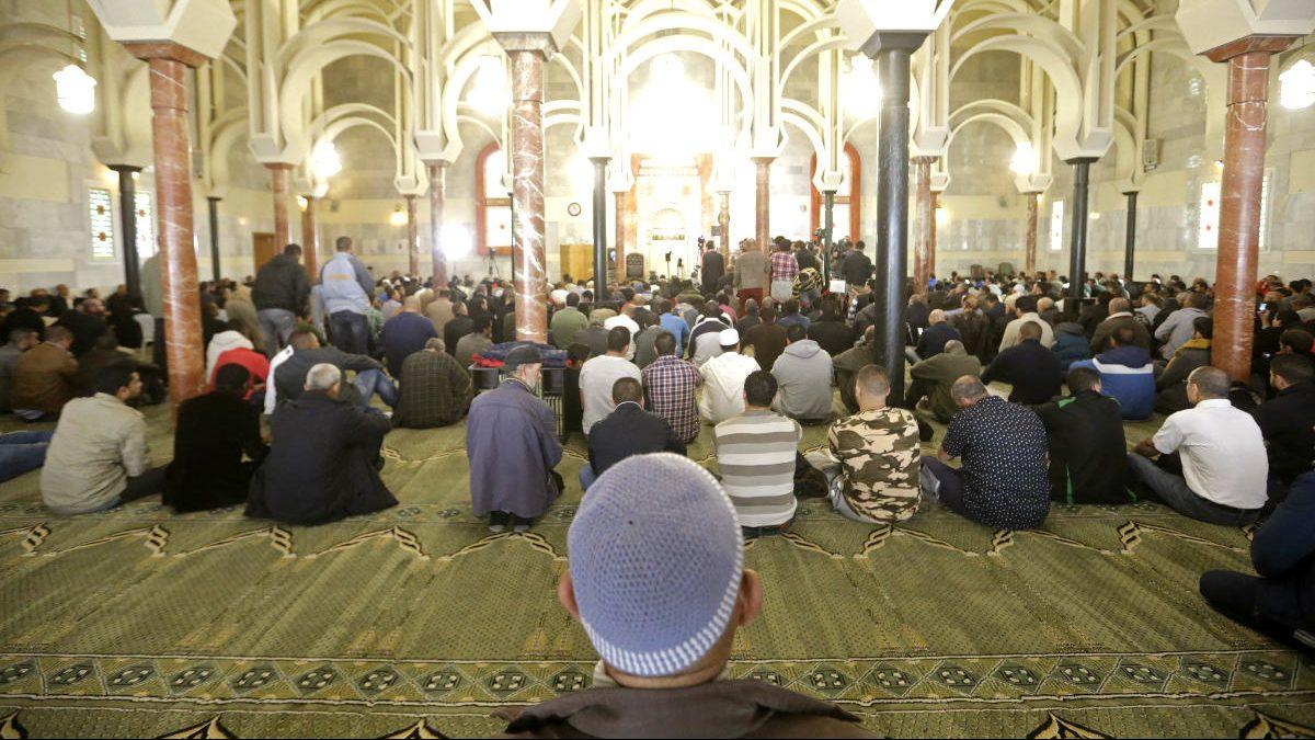 Musulmanes orando en la mezquita (Foto: Efe)