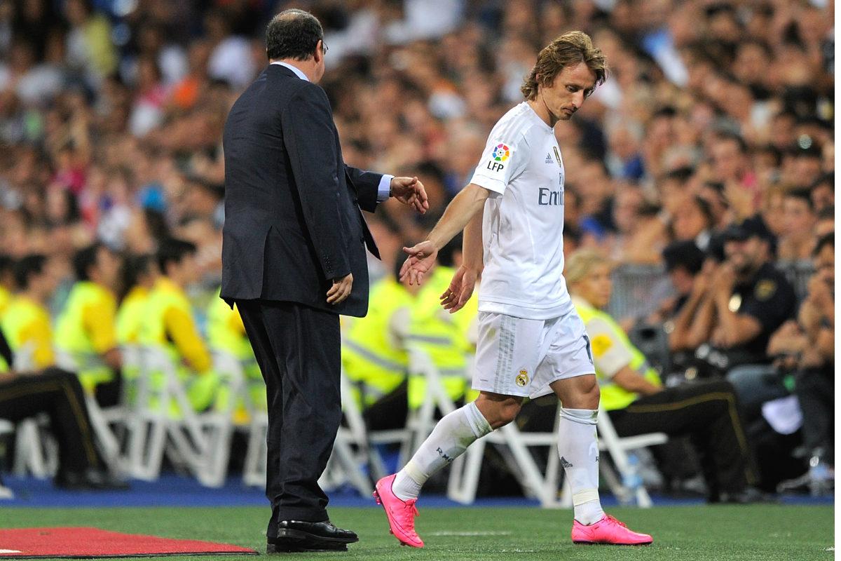Modric saluda a Benítez tras ser sustituido en un partido del Madrid en el Bernabéu. (Getty)