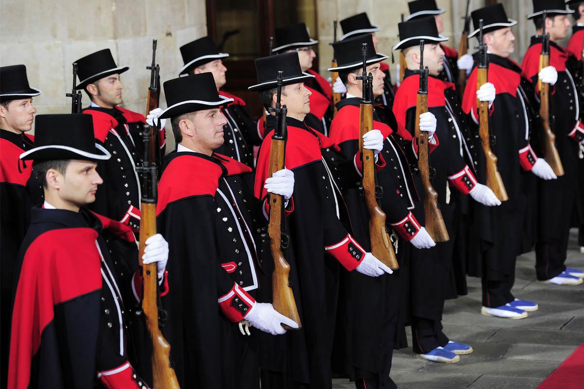 Mossos d'Esquadra con uniforme de gala rinden honores. (Foto: AFP)
