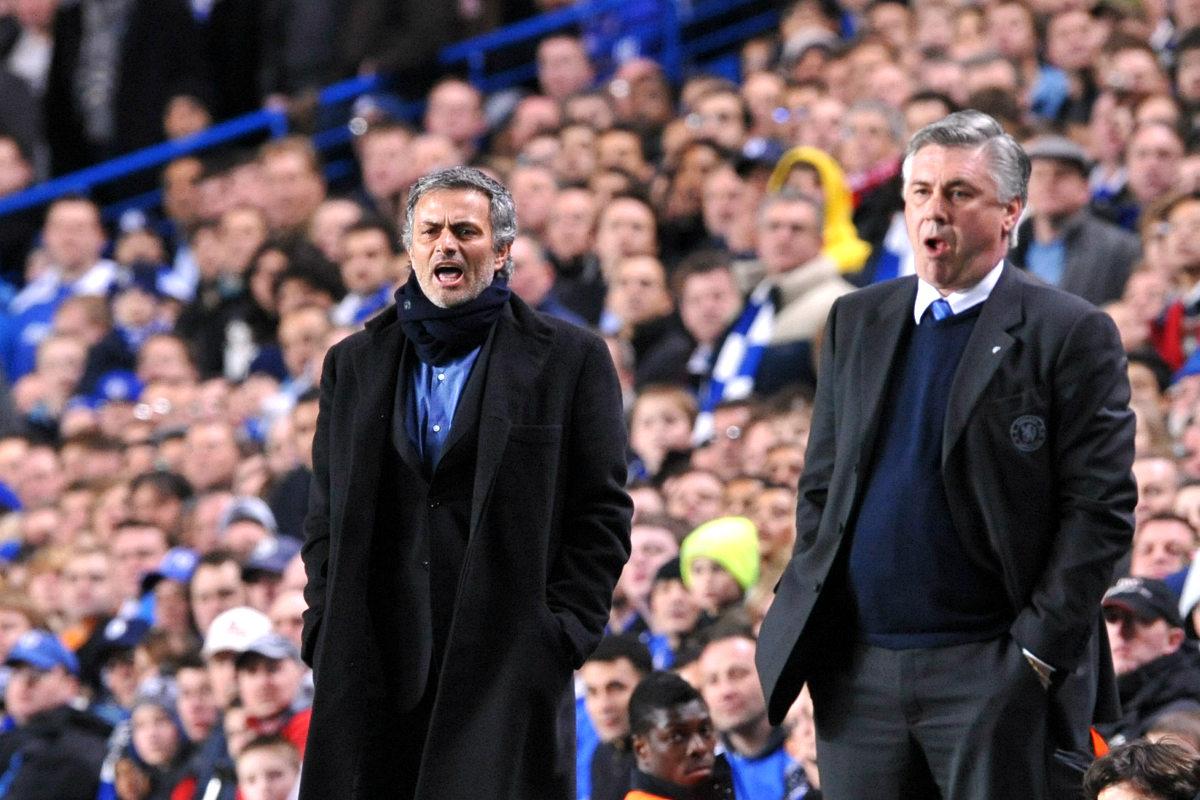 Ancelotti y Mourinho durante un Chelsea-Inter en 2010 (Foto: AFP)