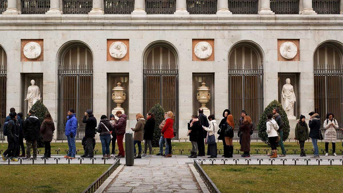 Colas ante el Museo del Prado, en Madrid.