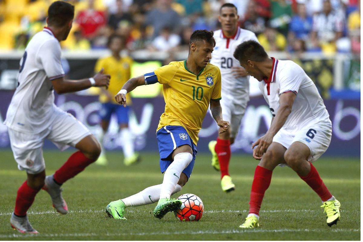 Neymar dribla a dos rivales en el partido ante Costa Rica. (Getty)
