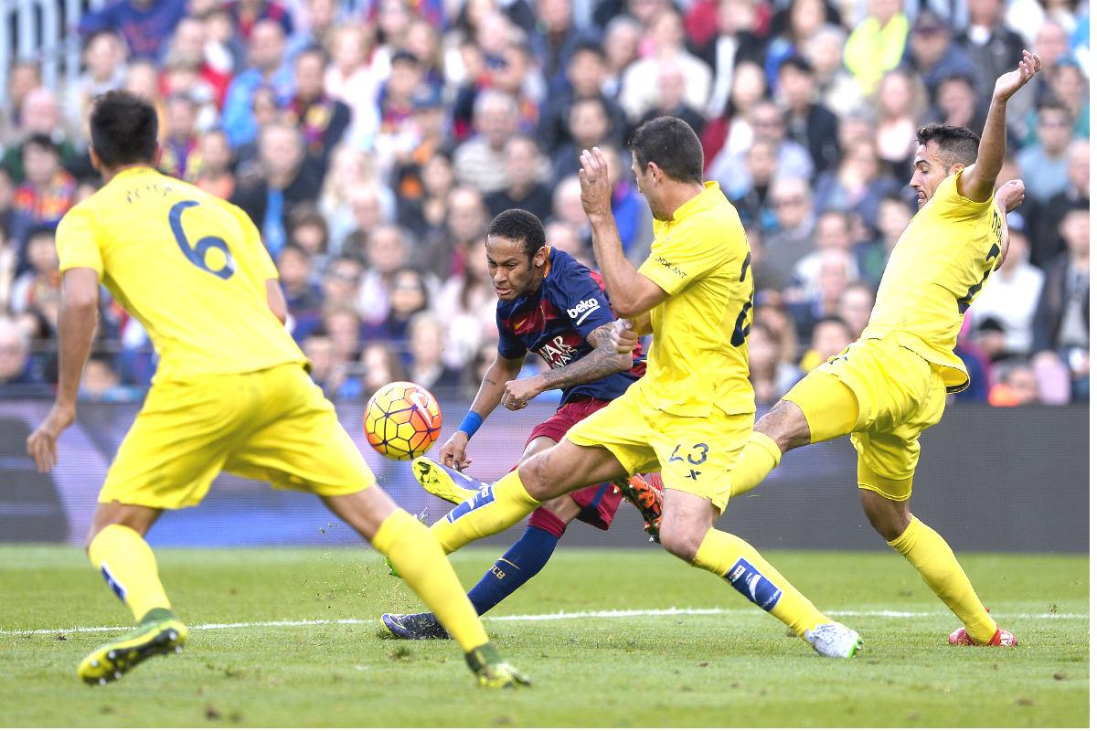 Neymar dispara a portería ante la oposición de tres defensas del Villarreal. (AFP)