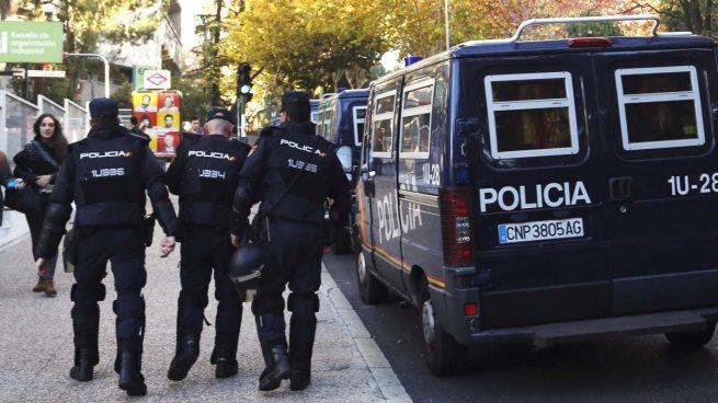 detenidos dos j venes por agredir a un agente de la