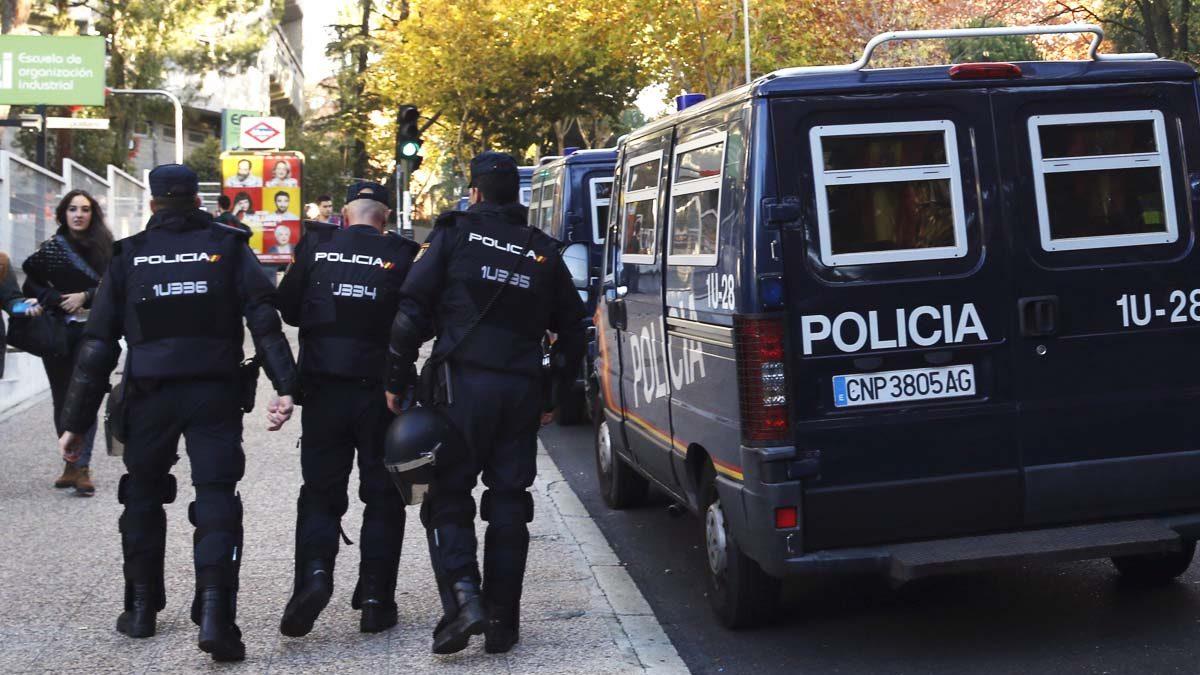 Agentes de la Policía Nacional en una intervención. (Foto: EFE)