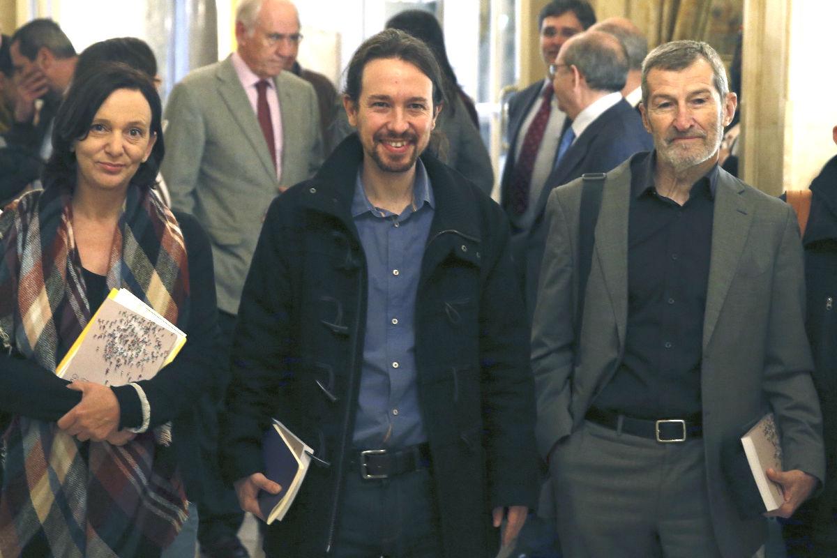 El lider de Podemos, Pablo Iglesias,c., el ex JEMAD Julio Rodríguez -número dos de Podemos por Zaragoza-,d.,y Carolina Bescansa, a su llegada al hotel de Madrid donde participaron hoy en un desayuno informativo (Foto: Efe)