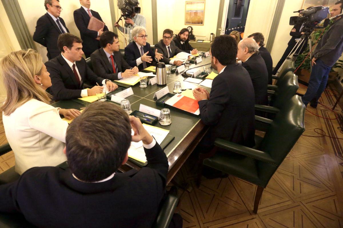 El representante de Podemos en la mesa del pacto antiyihadista con los firmantes en el Ministerio del Interior. (FOTO: EFE)