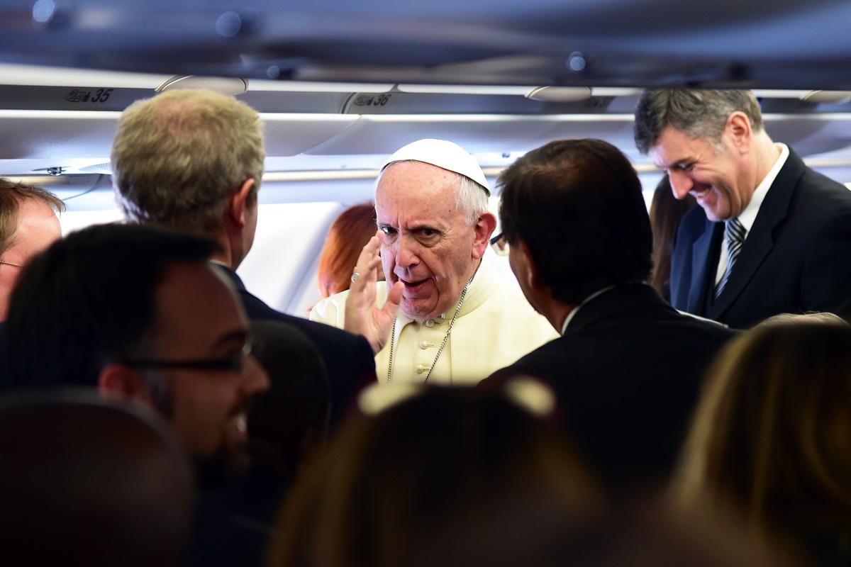 Francisco, en el avión que le conduce a Nairobi. (Foto: AFP)