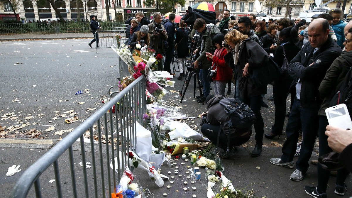 Ciudadanos depositan flores cerca de la sala Bataclan (Foto: AFP)