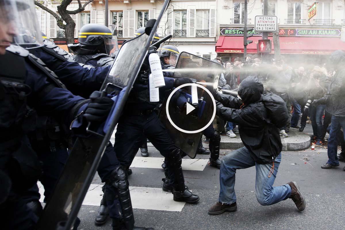 La policía francesa disuelve a los antisistema con gas pimienta tras los incidentes en la manifestación por el clima en París. (Foto: Reuters)