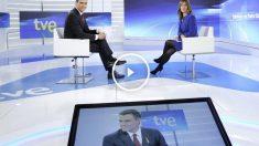 Pedro Sánchez y Ana Blanco antes de la entrevista al líder del PSOE en TVE. (Foto: EFE)