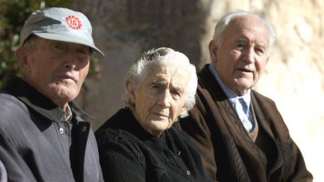 Pensiones - Tres pensionistas (Foto: EFE).