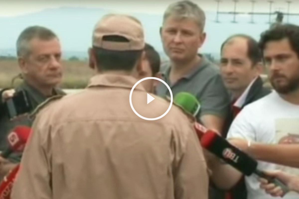 Uno de los pilotos del caza explica los hechos a la prensa.