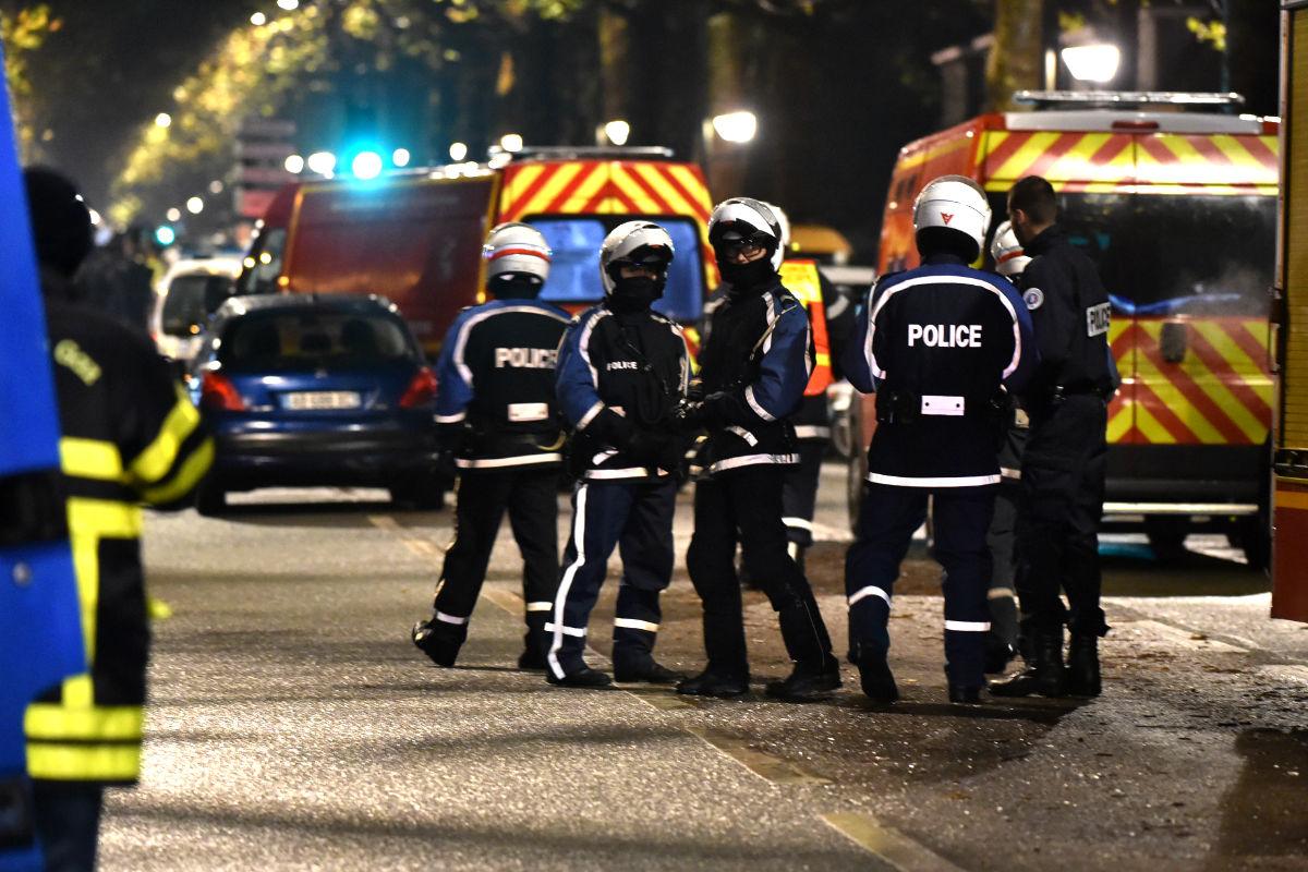 Efectivos policiales y sanitarios vigilan cerca de la zona del suceso. (Foto: AFP)