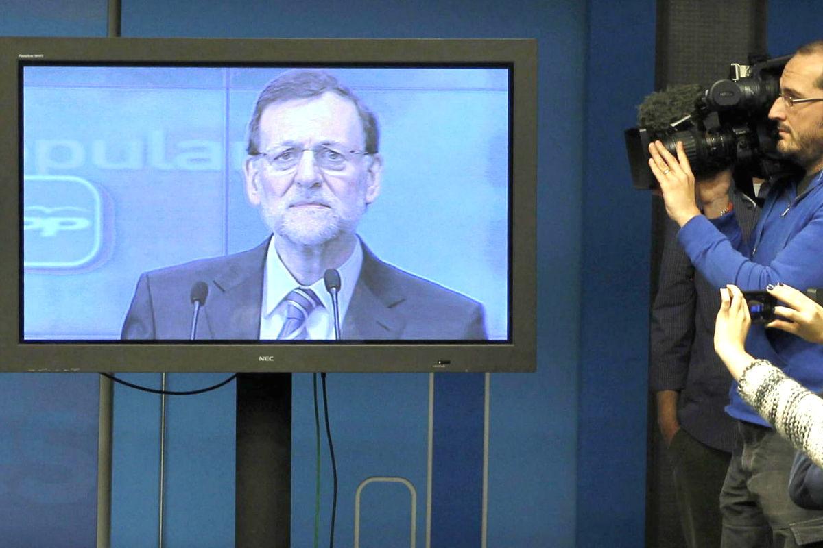 El presidente del Gobierno, Mariano Rajoy, atendiendo a los medios desde un plasma (Foto: Efe)