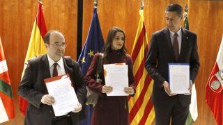 Los portavoces del PSC, Miquel Iceta; de C's, Inés Arrimadas; y del PPC, Xavier García Albiol. (Foto: EFE)