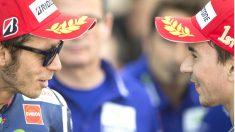 Jorge Lorenzo y Valentino Rossi, los dos pilotos de Yamaha que se juegan el título de Moto GP. (Getty)