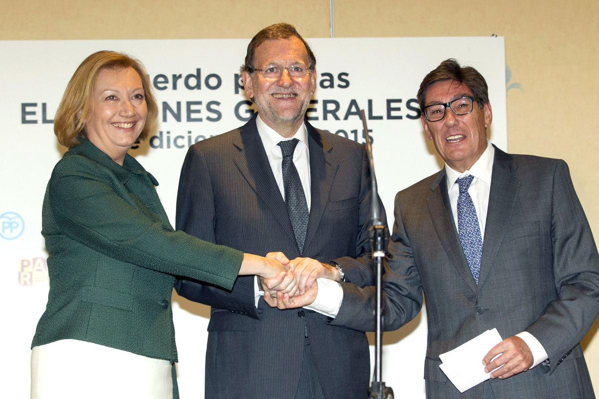 Mariano Rajoy acompañado de Luisa Fernanda Rudi y Arturo Aliaga en la presentación de candidaturas. (Foto: EFE)