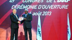 Vitaly Mutko, ministro ruso de deportes, junto a Lamime Diack, ex presidente de la IAAF. (AFP)