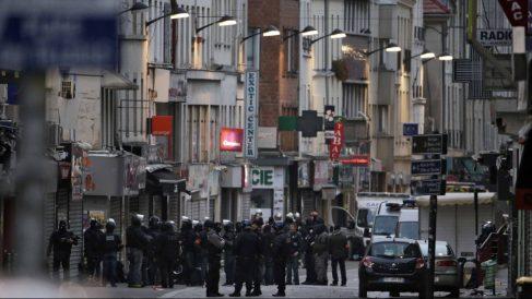 Un gran dispositivo policial en torno al piso utilizado por los terroristas. (Foto: AFP)