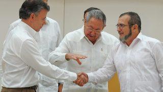 Momento en que Santos y Timochenko escenifican el acuerdo para la paz en Colombia de la mano del dictador cubano,Raúl Castro. (Foto: AFP)