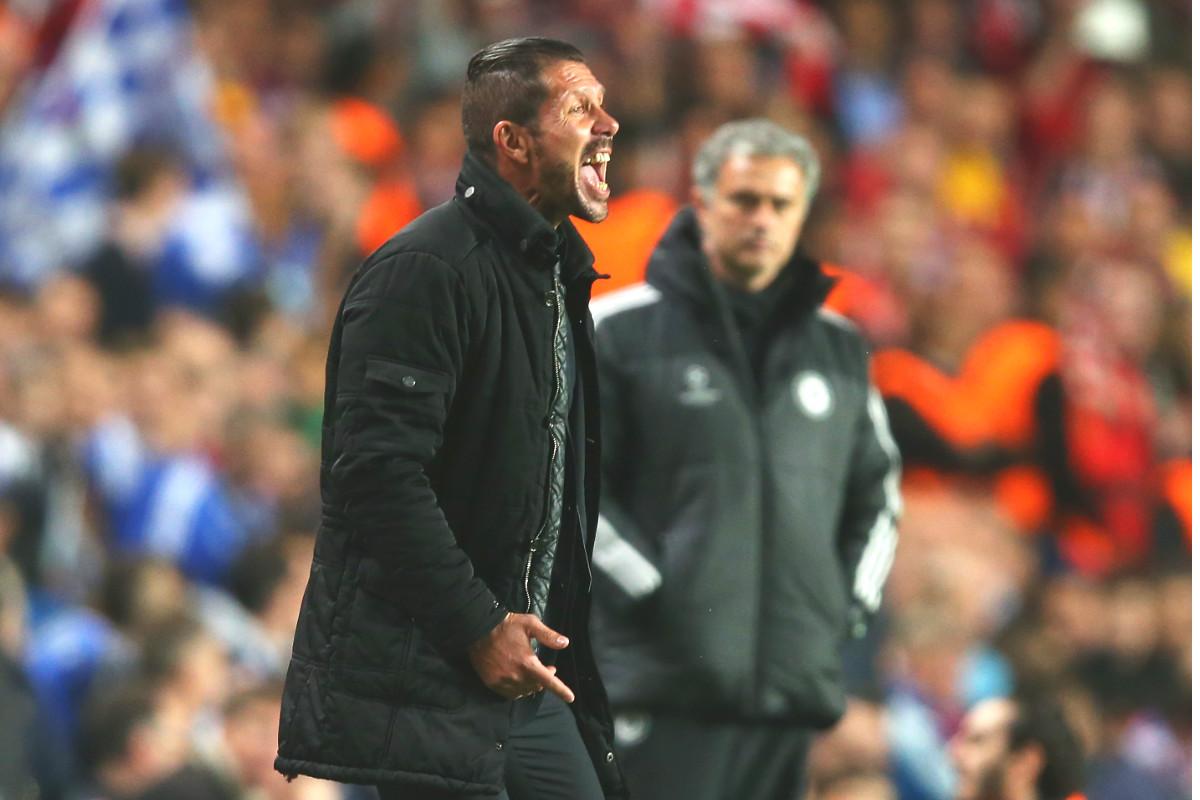 Simeone grita a sus jugadores ante la mirada de Mourinho en Stamford Bridge. (Getty)