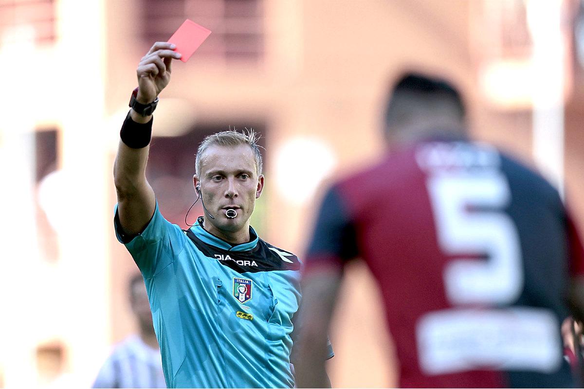 Imagen de un árbitro sacando roja directa