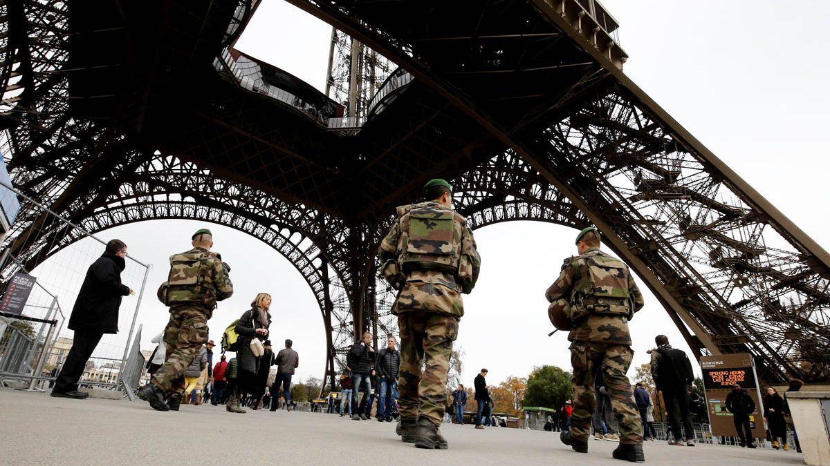 Miltares protegiendo la Torre Eiffel tras los atentados de noviembre de 2015 en París (Foto: AFP).