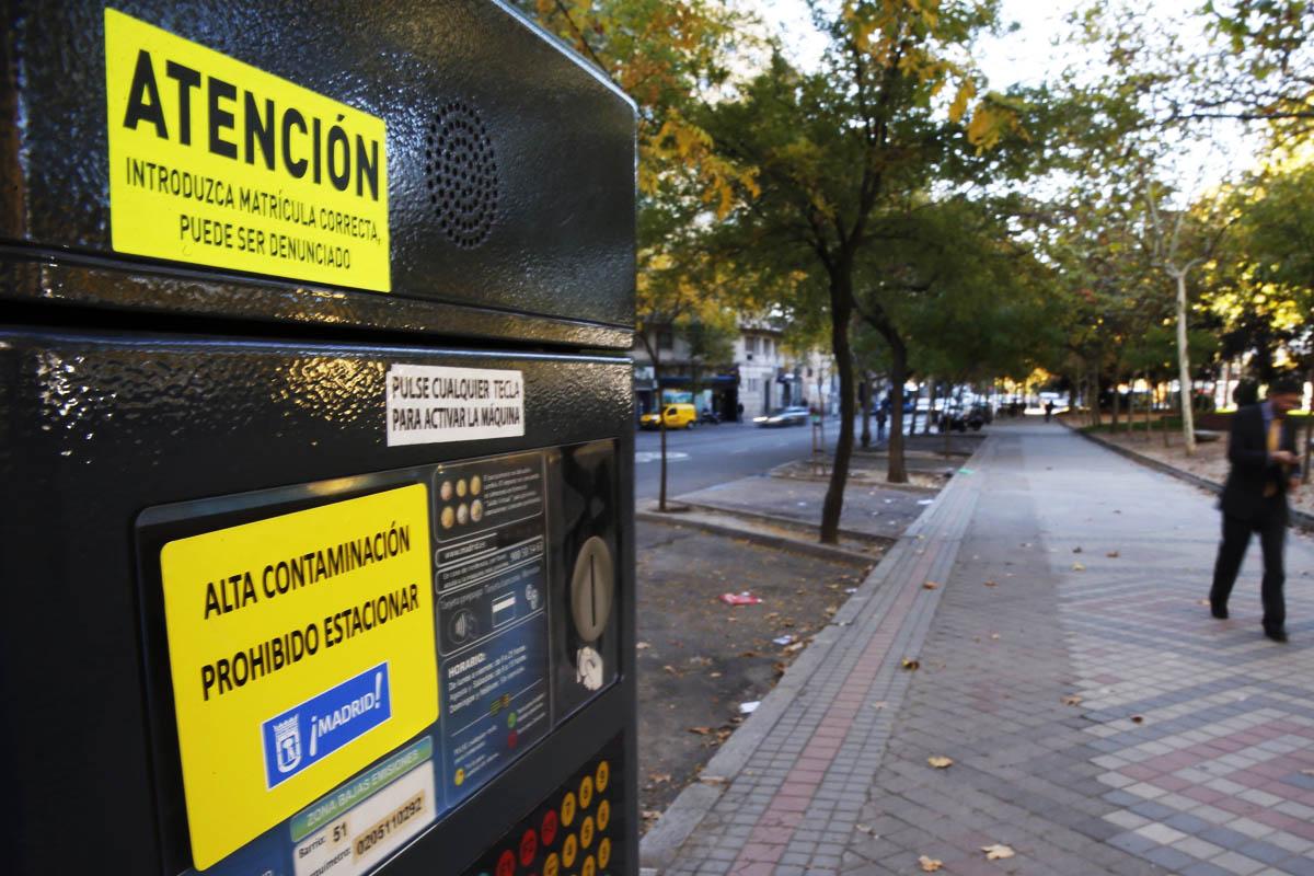Un parquímetro de Madrid con el aviso de prohibición de aparcar. (Foto: EFE)