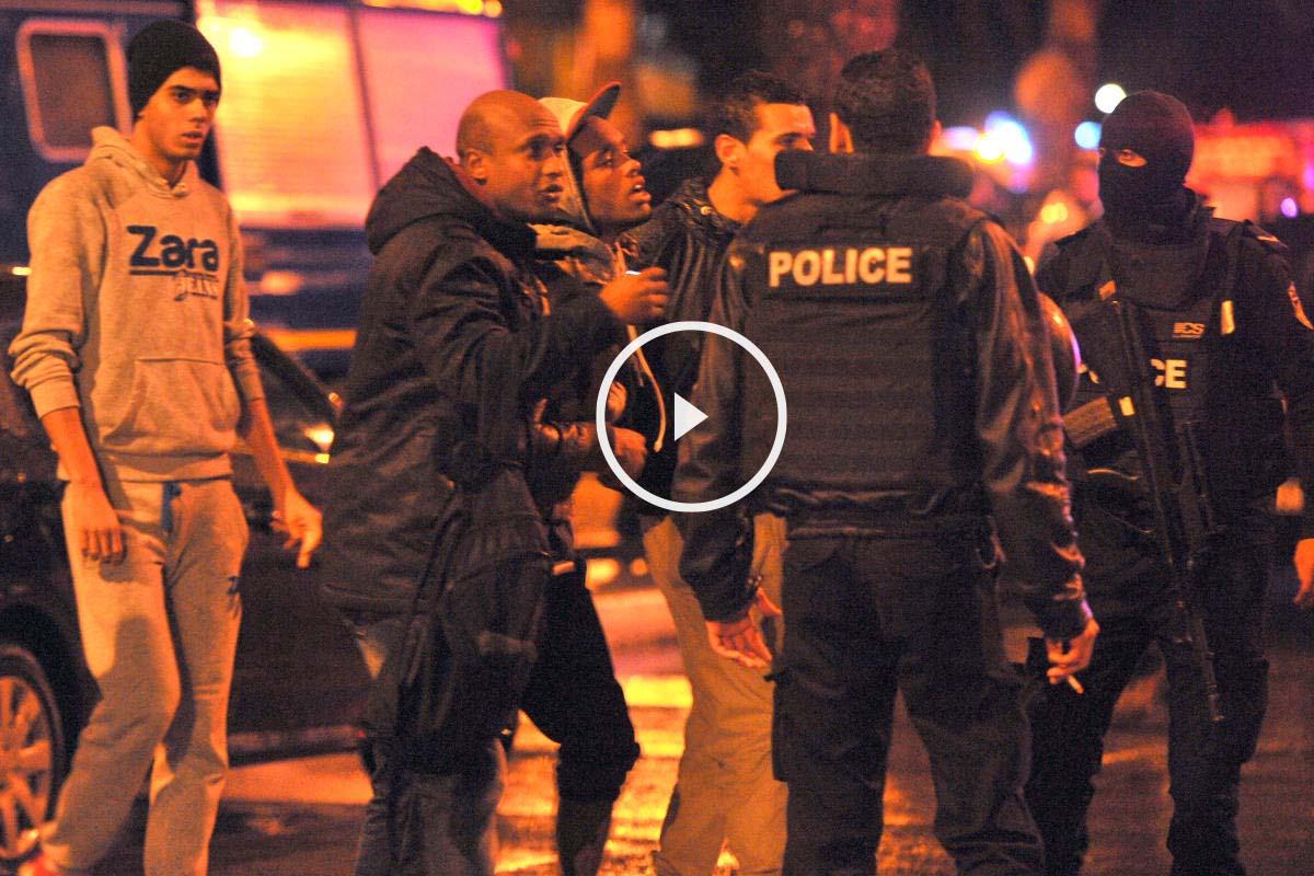 Efectivos policiales ayudan a los heridos tras el atentado que ha tenido lugar en Túnez. (Foto: AFP)