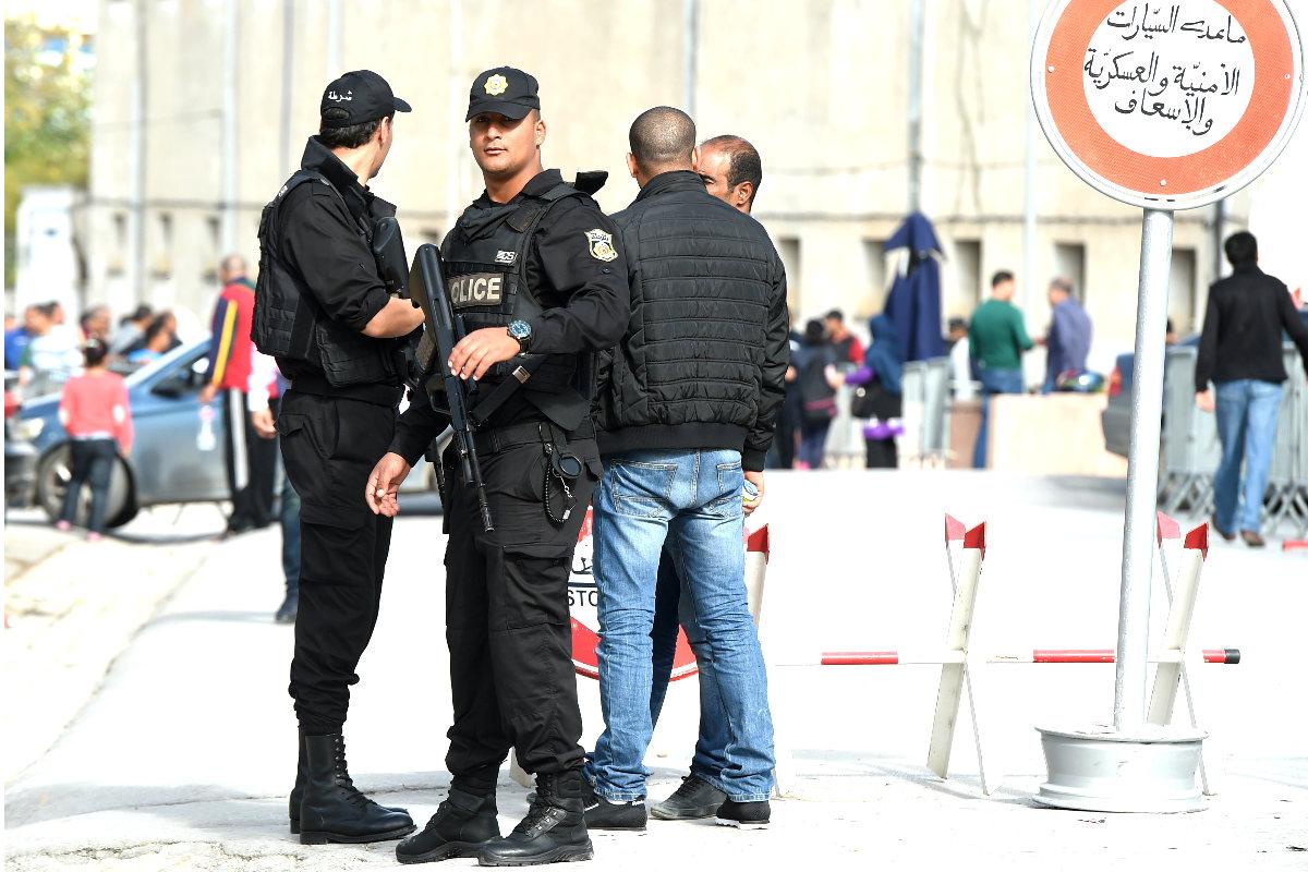 Efectivos de la policía de Túnez vigilan las calles de la capital del país. (Foto: AFP)