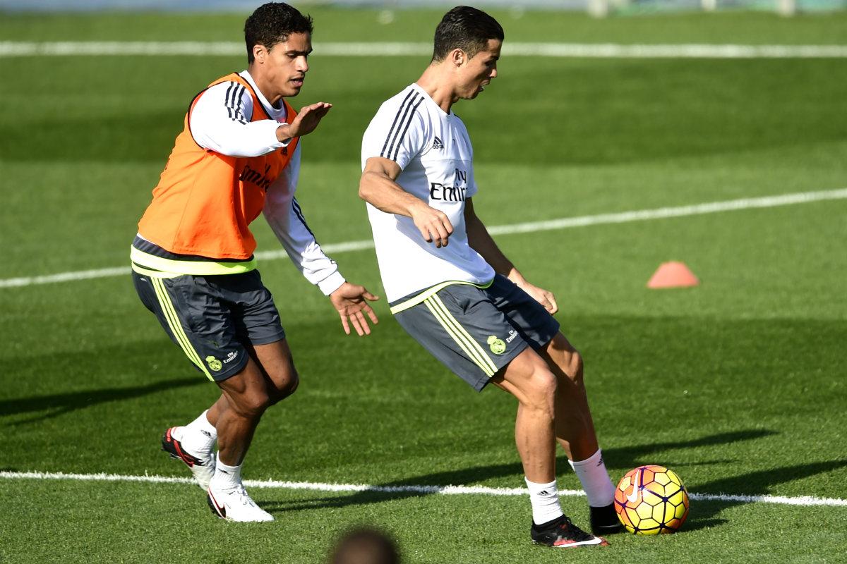 Varane defendiendo a Cristiano Ronaldo durante un entrenamiento (Foto: AFP)