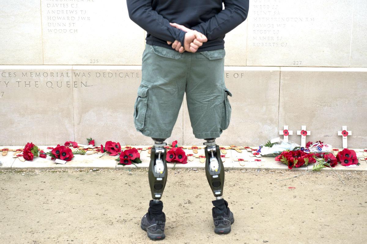 Un veterano de guerra asiste en el centro de Londres al homenaje a las Fuerzas Armadas Británicas por el Día del Armisticio. (Foto: AFP)