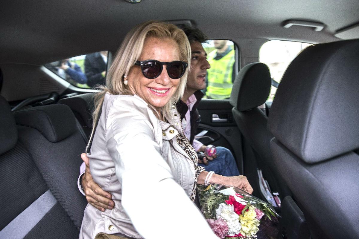 La ex mujer del ex alcalde Julián Muñoz, Maite Zaldívar, acompañada por su novio entra al interior del coche a su salida hoy de la cárcel de Alhaurín de la Torre (Foto: Efe)