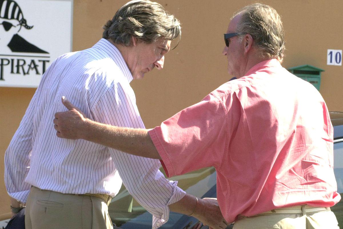 Zourab Tchkotoua y el Rey Juan Carlos se saludan en una imagen tomada en Mallorca en 2000 (Foto: Efe)