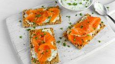 Receta de Canapés de salmón con mayonesa de wasabi sobre pan de centeno