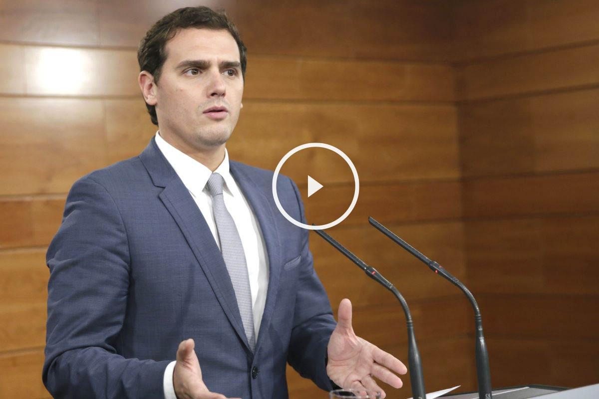 Albert Rivera en su primera rueda de prensa en Moncloa tras hablar con Rajoy. (Foto: EFE)El líder de Ciudadanos, Albert Rivera, apoya al presidente, Mariano Rajoy, para reforzar la unidad y frenar la deriva independentista.