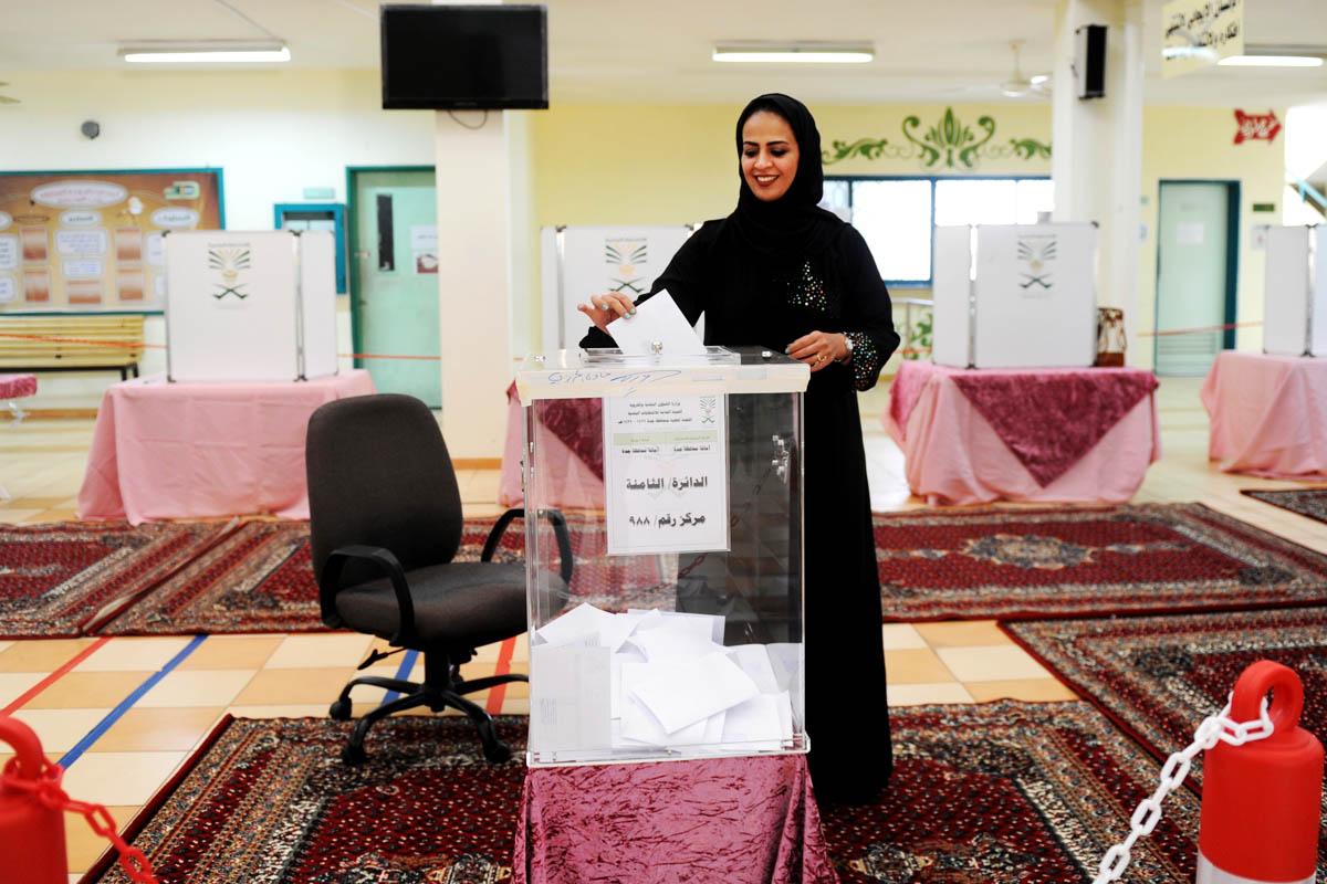 Una mujer saudí depositando su voto en las elecciones regionales. (Foto: AFP)