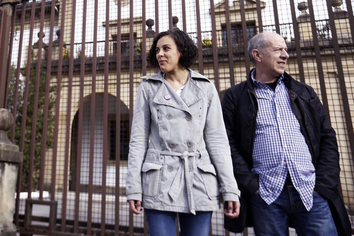 Arrieta junto a la ex secretaria general de Podemos en el País Vasco, Nagua Alba, ante la puerta de la prisión de Martutene. (Foto: EFE)