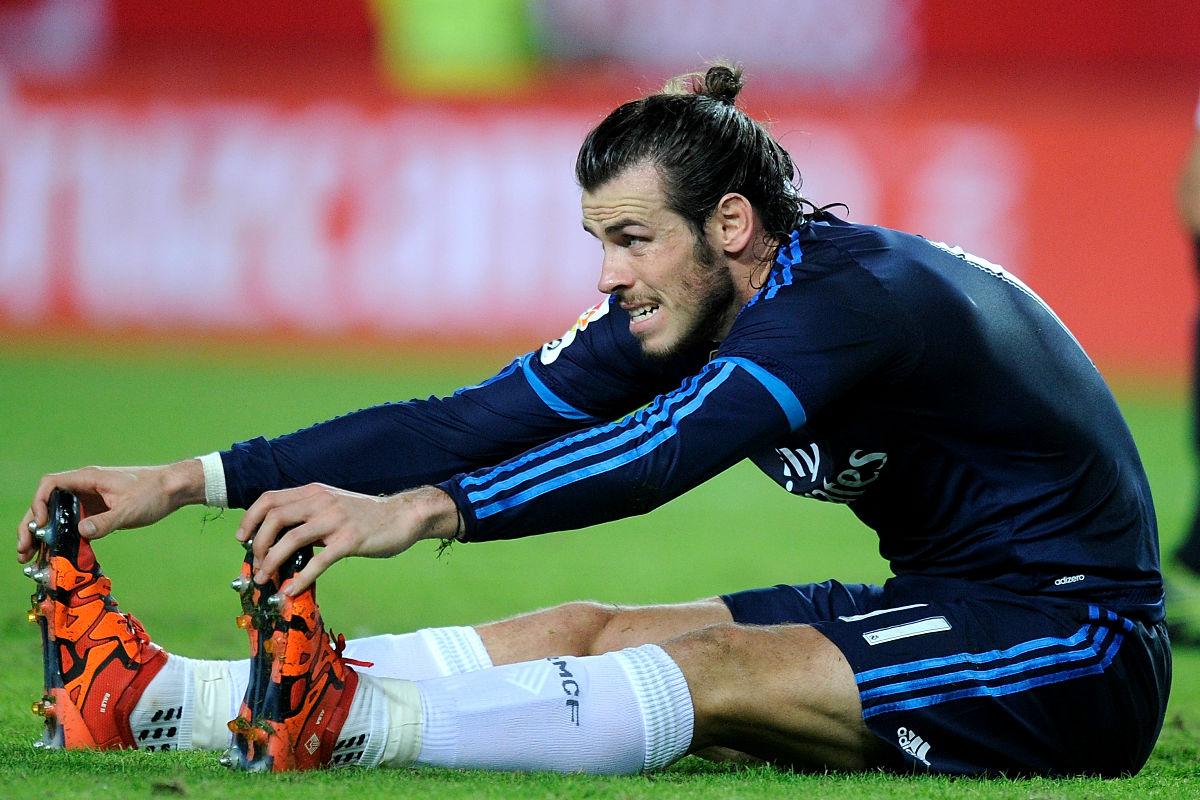 Gareth Bale estira en un encuentro de esta temporada.