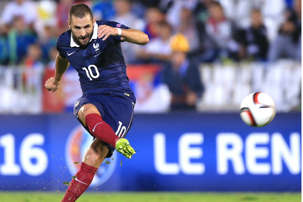 Benzema lanza una falta con Francia.