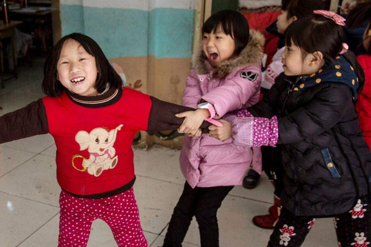 Imagen de unas niñas chinas jugando en un colegio. (Foto: Getty)