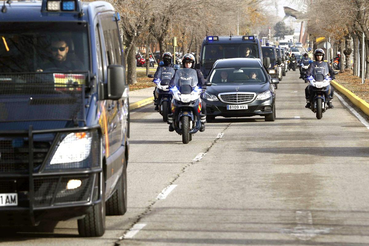 Imagen de los coches fúnebres escoltados por el cuerpo policial a su llegada a Madrid ( Fotos: Efe).