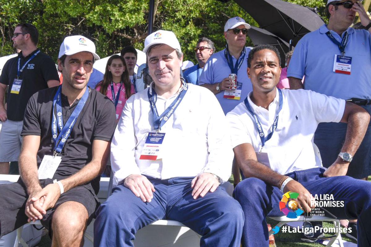 Cardenal posa junto a Raúl González y Patrick Kluivert.